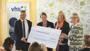 Marita Schwabe (r.) und Andreas Thiele freuten sich über den Scheck von 3,8 Mio. Euro den Barbara Hendricks zusammen mit Manuela Schwesig überbrachten.